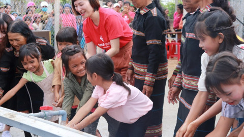 Mang Yang村民欢迎清洁用水到村里