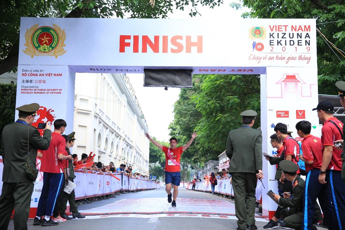 Tổng giám đốc Nguyễn Việt Phương xuất sắc về đích kết thúc chặng đua dài 14km của Team 8 – TMS Group